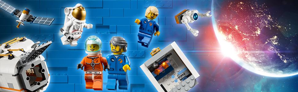Cztery minifigurki i figurka robota