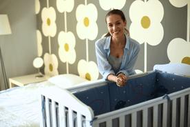 Kącik dla niemowlaka w sypialni rodziców. Co oprócz łóżeczka przyda się podczas aranżacji?