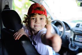 Sprawdzone gry do samochodu. Co zabrać do auta w długą podróż, aby uniknąć nudy?
