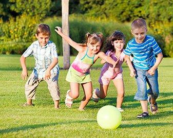 Gry plenerowe w sam raz wiosnę. 7 pomysłów na aktywny dzień z dzieckiem