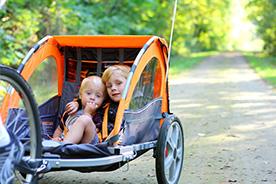 Przyczepka rowerowa dla dzieci. O czym pamiętać, decydując się na jej zakup?