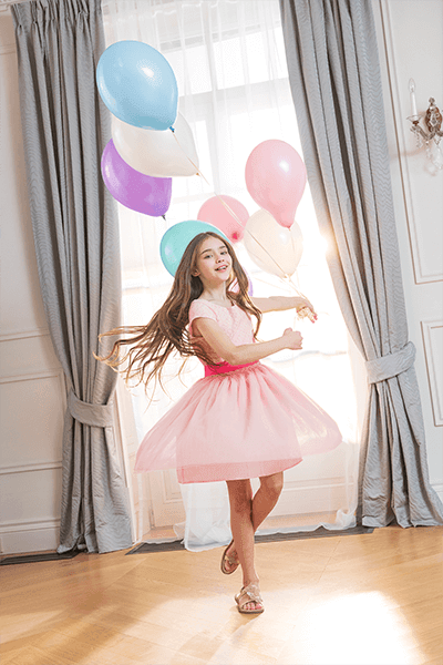 Rozkloszowana sukienka z różową wstążką