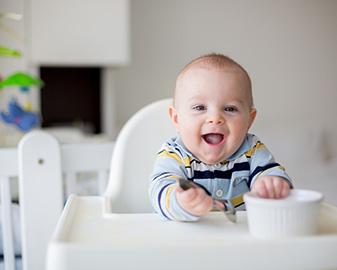 Jadłospis 8-miesięcznego dziecka. Jakie pokarmy można podawać 8-miesięcznemu niemowlakowi, a z jakimi lepiej nieco poczekać?