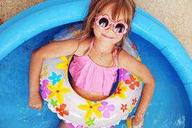 Basen do ogrodu, zjeżdżalnia do basenu i maty wodne – jak spędzić lato w domu?