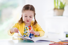 Nie tylko podręczniki szkolne. W jakie książki i pomoce naukowe warto jeszcze wyposażyć ucznia?