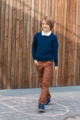 Zestaw z brązowymi spodniami chino