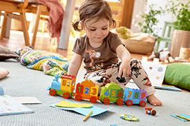 Jak wspierać rozwój małego dziecka poprzez zabawę?