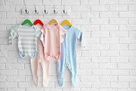 Najpraktyczniejsze ubranka dla niemowląt – co sprawdzi się na początek