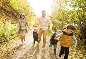 Pierwsze jesienne spacery – jak ubrać dziecko jesienią?