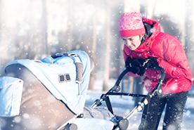 W co ubrać niemowlaka na spacer zimą – co wziąć do wózka?