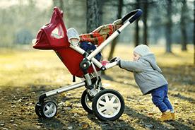 Wiosenny spacer z noworodkiem – jak ubrać malucha?