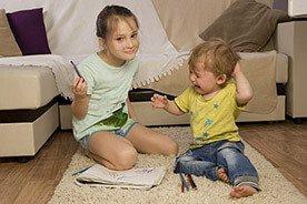 Jak pomóc dziecku, gdy nie radzi sobie z zazdrością o młodsze rodzeństwo?