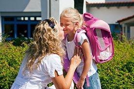 Pierwszy dzień w szkole - dzieci idą do szkoły