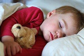 Jak nauczyć dziecko zasypiać samemu? Pora na przeprowadzkę z sypialni rodziców do własnego łóżka