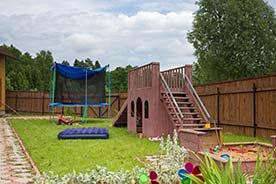 Przydomowy plac zabaw do ogrodu – jak go zaaranżować