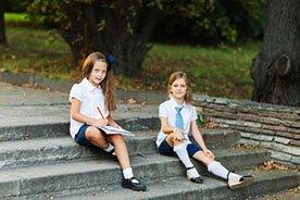 Elegancki strój na rozpoczęcie roku szkolnego - w co ubrać dziecko do szkoły
