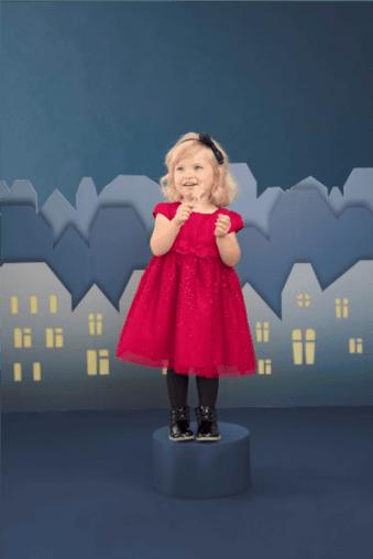 Czerwona sukienka na czarnym tle