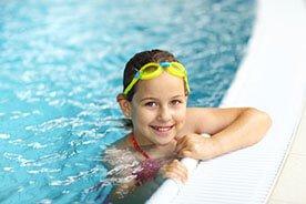 Z dzieckiem na basen - jak nauczyć dziecko pływać