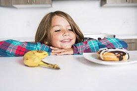 Niezdrowe przekąski – jakich produktów lepiej nie kupować dzieciom