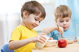 Płatki śniadaniowe z mlekiem – szybkie i zdrowe śniadanie?